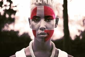 Portret devojke sa danskom zastavom